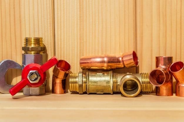 木の板の配管修理用のスペアパーツとアクセサリー