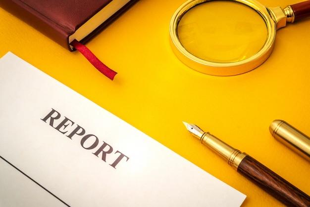 空白のフォーム、メモ帳、黄色のテーブルでレポートを作成するためのペン