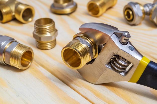 スペアパーツの修理または交換後に、木の付属品と調整可能なスパナを木の板にセットします