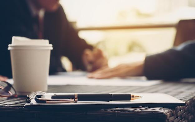 ビジネスアナリスト職場での販売実績について話し合うエグゼクティブ。