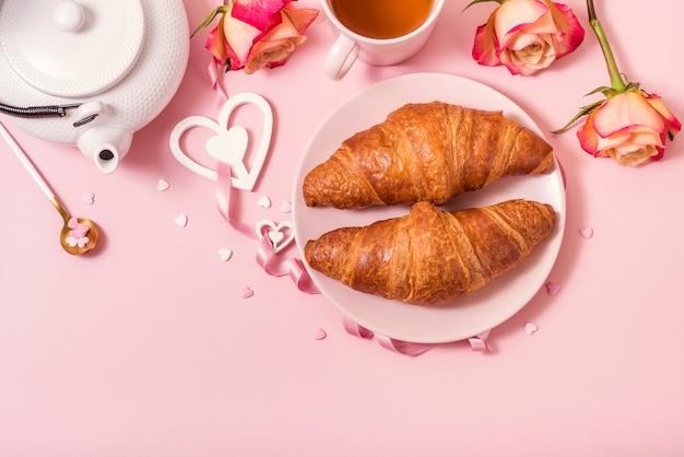 Романтический завтрак с круассанами, розами и чаем, празднование дня святого валентина
