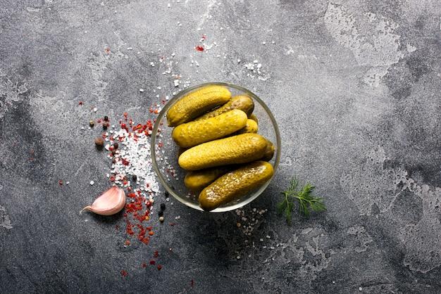 Маринованные ферментированные огурцы, маринованные огурцы, здоровая веганская закуска