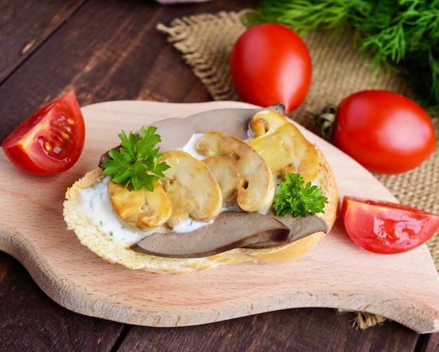 Бутерброды с грибами, печенью индейки и соусом тар-тар на хрустящем багете. диетический завтрак