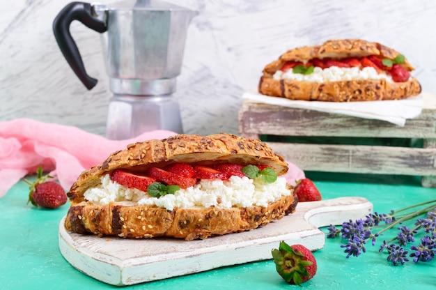 Зерновые круассаны со сливочным сыром и свежей клубникой. полезный завтрак. правильное питание. французские традиционные блюда.