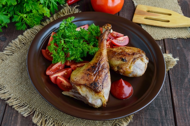 ローストガチョウの脚、ソース、ハーブ、トマト、木製のテーブルの上に粘土ボウル