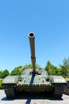 軍事機器。古いタンク。公園の記念碑。