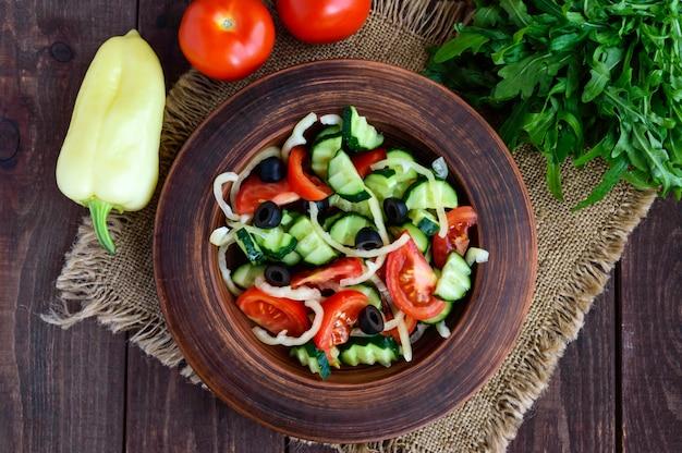 Диетический салат с овощами, оливками и маслом. вид сверху