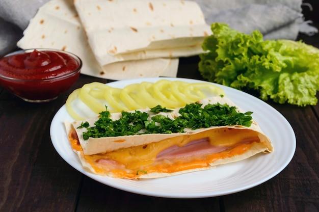 Слоеный пирог из тонкого лаваша, фаршированный колбасой, грибами, сырным соусом.