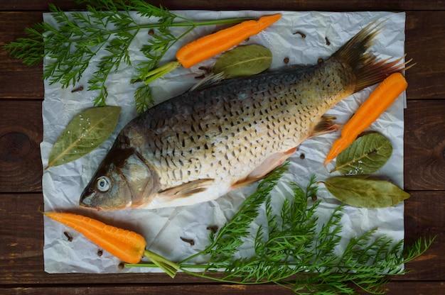 Речная рыба - лещ со специями на дровах. вид сверху