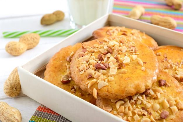 刻んだナッツ、牛乳、蜂蜜のショートブレッドデイリークッキー。