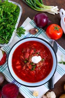 ボルシチは伝統的なウクライナ料理のボウルとその準備のための製品です。平面図、フラットレイアウト。