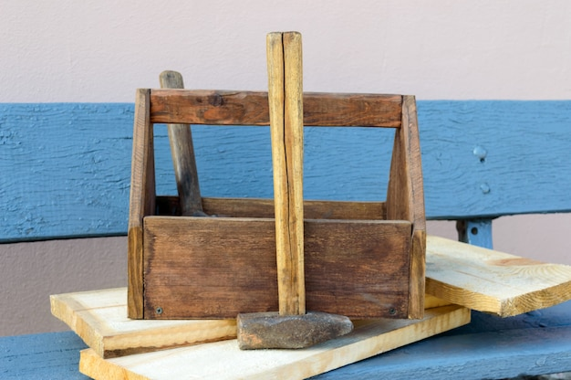 ツールとビンテージのツールボックス。構築ツール、木製ベンチの修理用ボードと古い木箱。大工道具箱。古い作業ツール。