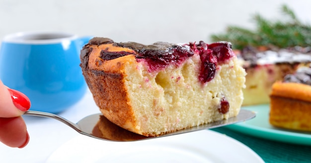 Кусок творожного пирога с вишней и шоколадными каплями. закрыть