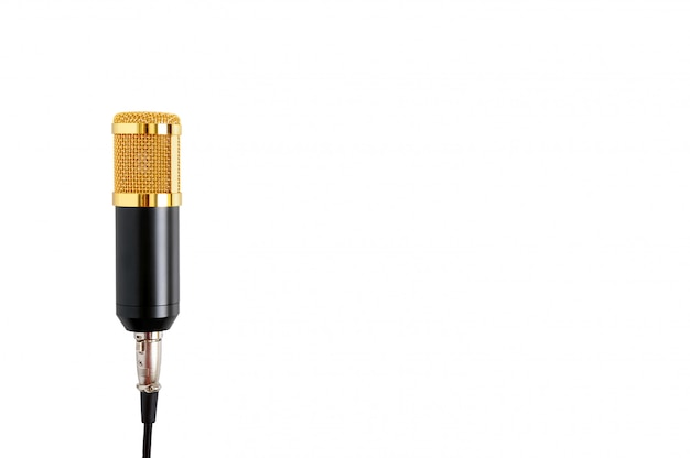 Золотой микрофон на белом фоне. музыкальная тема. конденсаторный микрофон. закрыть