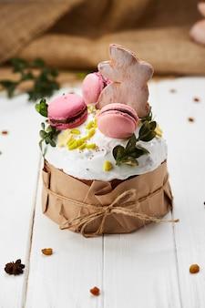 白い木製の背景、伝統的なクリーチ、パスカのお祝いの準備ができてイースターバニーケーキ