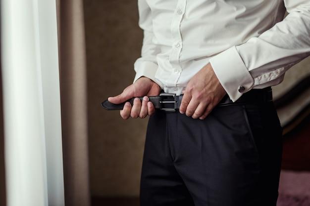 ベルトを履く男、ビジネスマン、