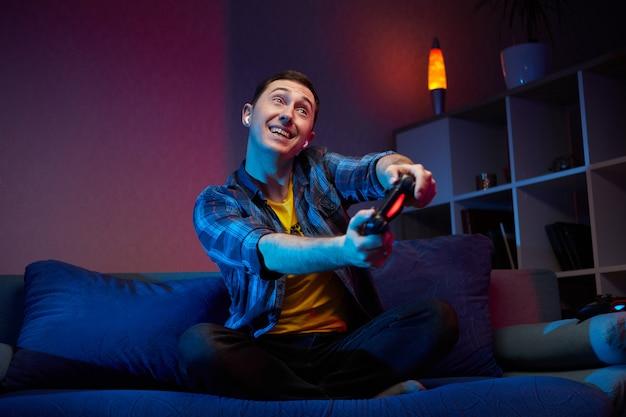 Портрет сумасшедшего игривого геймера, наслаждающегося игрой в видеоигры