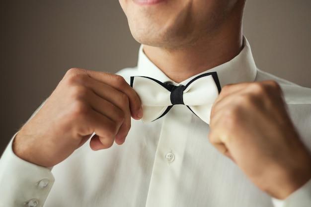 蝶ネクタイ、男蝶服、新郎が結婚式の前に朝の準備をして実業家。メンズファッション
