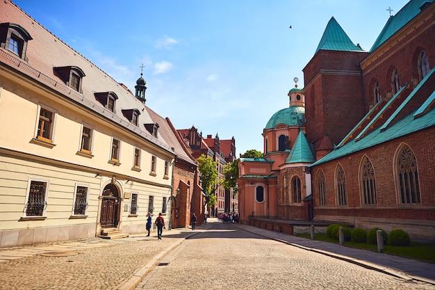 Собор святого иоанна крестителя на тумском острове в городе вроцлав - популярная туристическая достопримечательность в польше