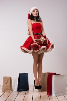 Сексуальная девушка в одежде санта-клауса