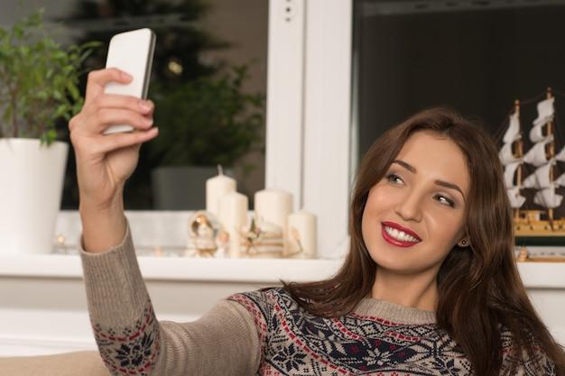 Молодая красивая женщина, занимая себя дома