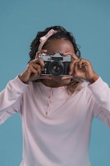 カメラを使っている女性
