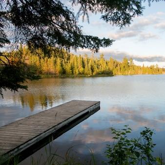 Пирс в озере, озеро вудс, онтарио, канада