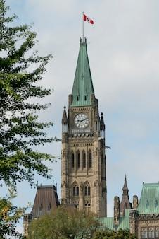 平和の塔、議会ビル、国会議事堂、オタワ、オンタリオ、カナダの低角度の景色