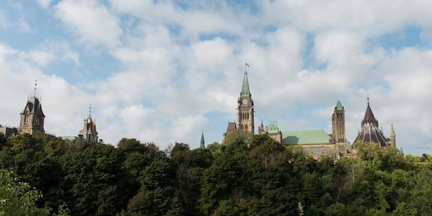 議会ビル、国会議事堂、オタワ、オンタリオ州、カナダの低角度の景色