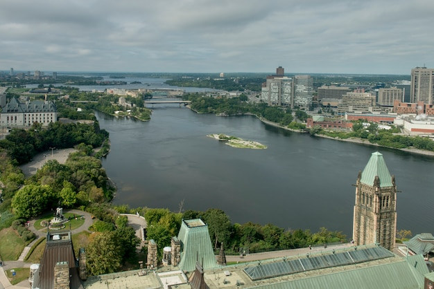 議会丘、オタワ、オンタリオ、カナダによるオタワ川の航空写真