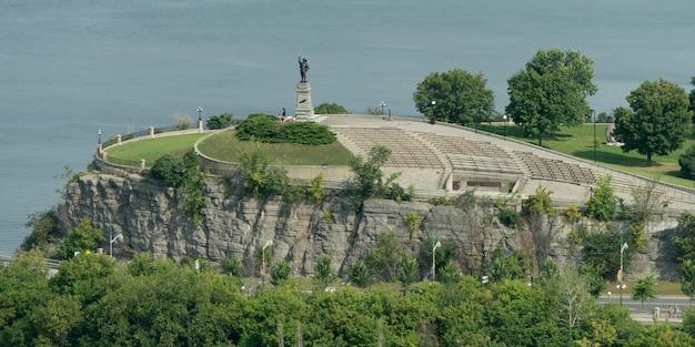 川沿いにある公園の像、オタワ川、オタワ、オンタリオ州、カナダ