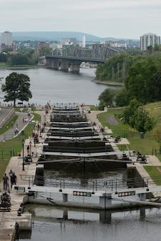 リドー運河、議会丘、オタワ、オンタリオ、カナダのロック