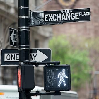 交通信号と通りの看板、マンハッタン、ニューヨーク、ニューヨーク州、米国