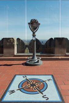ニューヨーク、ニューヨーク州、ニューヨーク市、ミッドタウンマンハッタンの岩の頂上にある双眼鏡