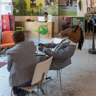 馬の衣装、サンティアゴ、サンチャゴメトロポリタン地域、チリを身に着けている人と座っている男
