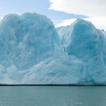 湖、グレイ氷河、グレイ湖、トレスデルペイン国立公園、パタゴニア、チリの氷山の眺め