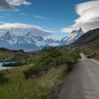 背景、山、トレス・デル・ペイン国立公園、パタゴニア、チリの道路の景色