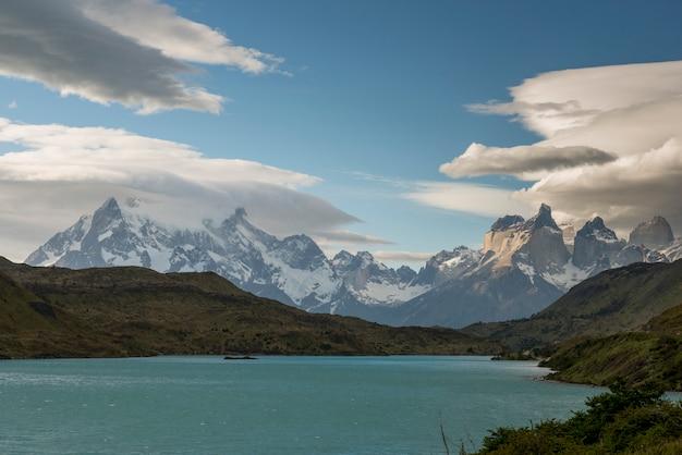 背景、山、トレス・デル・ペイン国立公園、パタゴニア、チリの湖の眺め