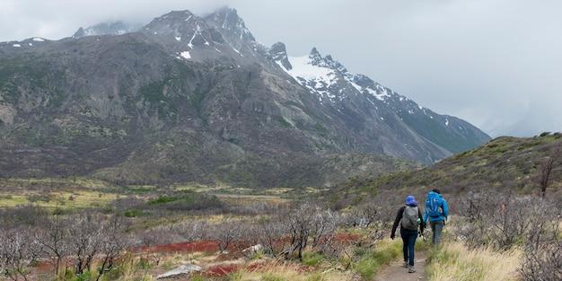 観光客ハイキング、トーレスデルペイン国立公園、パタゴニア、チリ