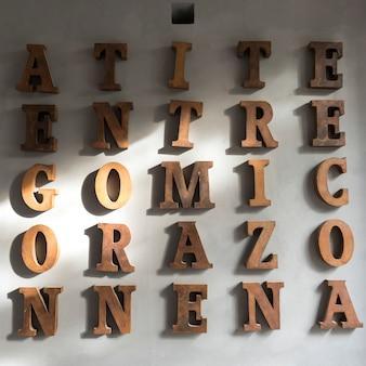 壁にアルファベット文字、サンミゲルデアジェンデ、グアナフアト、メキシコ