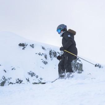 スキーヤー、スキー、スキー、雪、覆われた山、ウィスラー、ブリティッシュコロンビア州、カナダ
