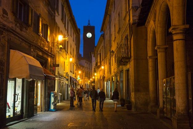 Люди на улице ночью, пьяцца делла репубблика, орвието, терни, умбрия, италия
