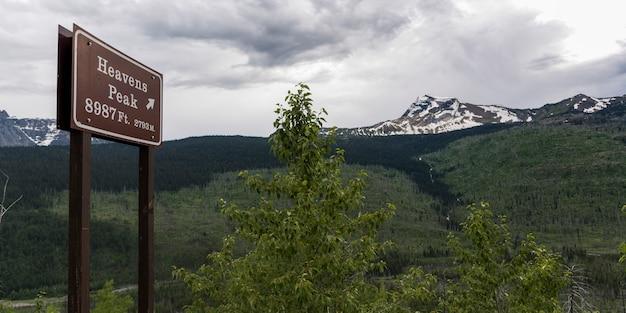 天国の看板、山脈を背景に、氷河国立公園、氷河郡、