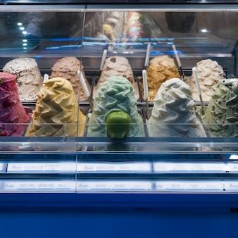 ディスプレイキャビネット、シエナ、トスカーナ、イタリアのマルチカラーアイスクリーム