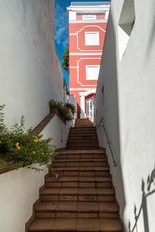 Низкий угол зрения лестницы в здании, капри, кампания, италия