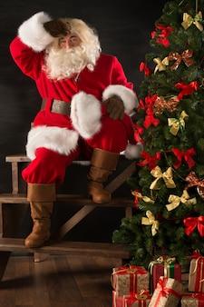 すべての贈り物を子供たちに届けた後に疲れているサンタクロース