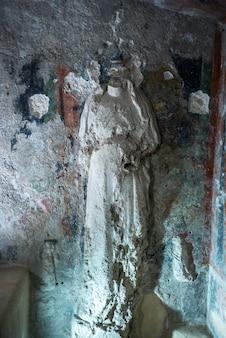 アラゴン城、イスキア島、カンパーニャ、イタリアの壁に風化彫刻