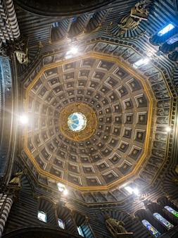 シエナ大聖堂、シエナ、トスカーナ、イタリアの天井のインテリア