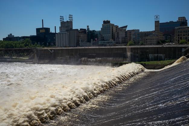 ミネソタ州ミネアポリス、ミネソタ州ミネソタ川のサン・アンソニー・フォールズ