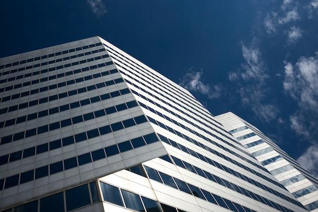 空、ミネアポリス、ヘネピン郡、ミネソタ、米国に対する近代的なオフィスビルの低角度のビュー